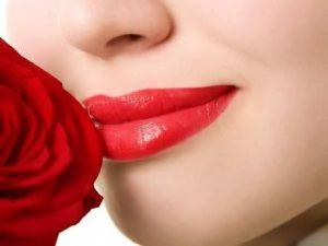 memerahkan bibir